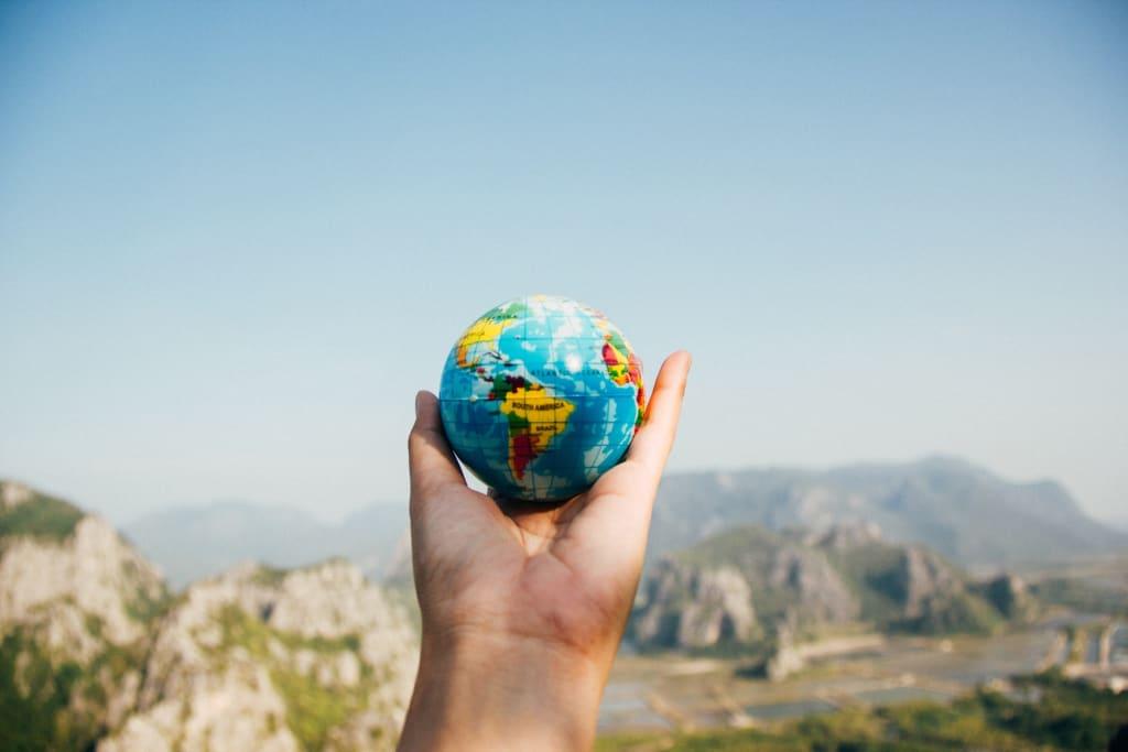 Resultado de imagem para pessoa segurando globo mapa