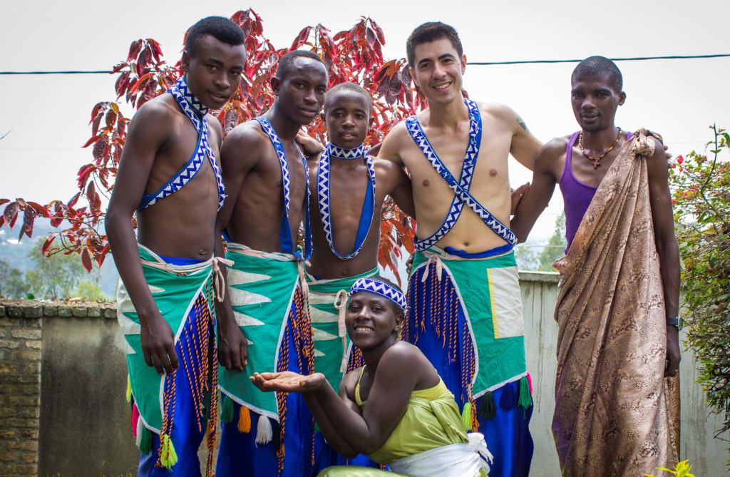 Workshop de música tribal em Ruanda durante trabalho voluntário no exterior