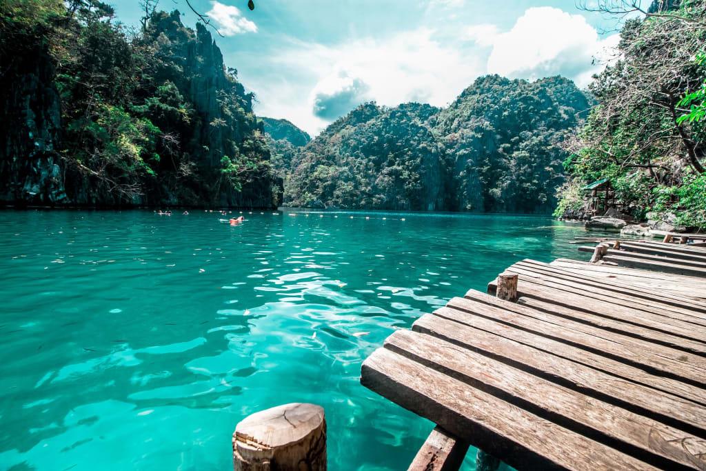 imagem de uma lagoa com agua cristalina