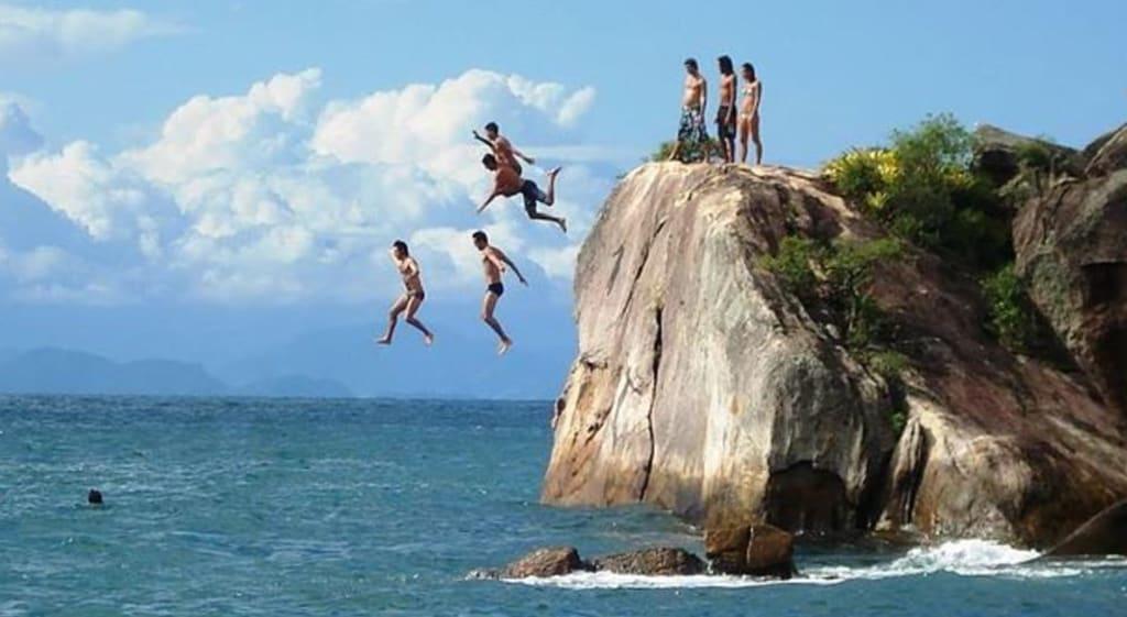 Jovens aproveitando a viagem para Paraty no mar