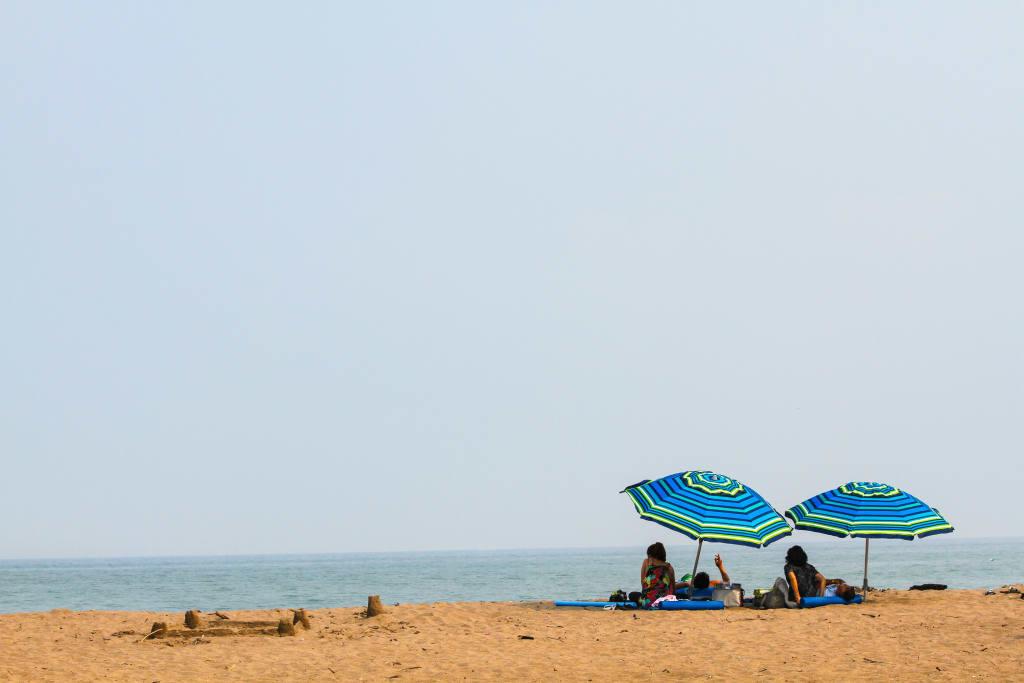 Jóvenes disfrutando de una de las mejores playas de América del Sur