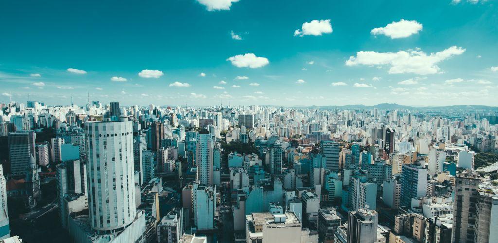 Vista panorâmica de São Paulo com céu azul