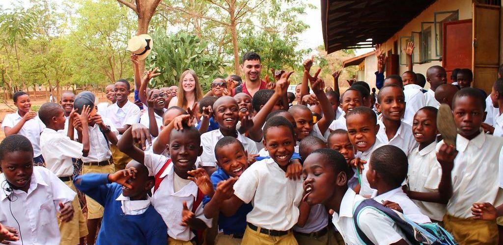 voluntarios-haciendo-trabajo-voluntario-en-tanzania