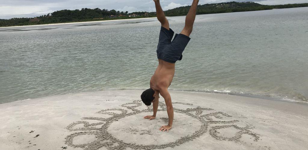voluntário aproveitando praia de Recife