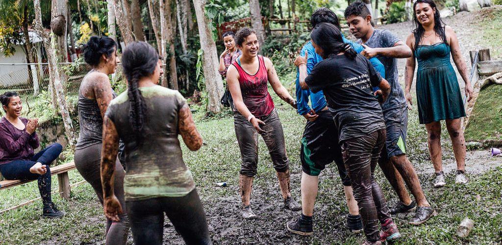 voluntários brincando com crianças em ONG na Colômbia