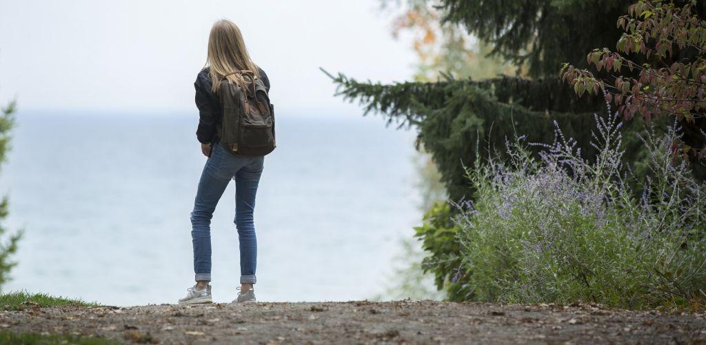 mulher viajante buscando os países mais seguros do mundo