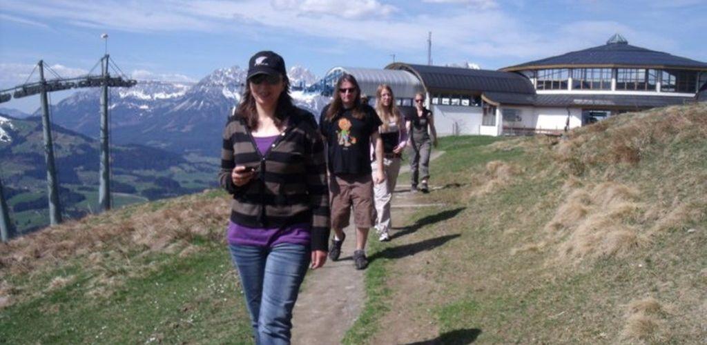 voluntarios fazendo trilha