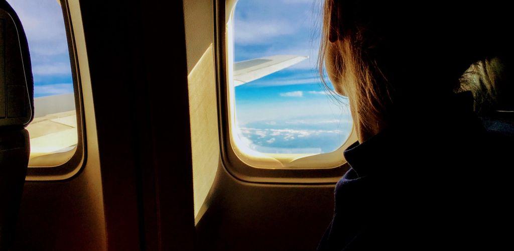 mulher andando de avião