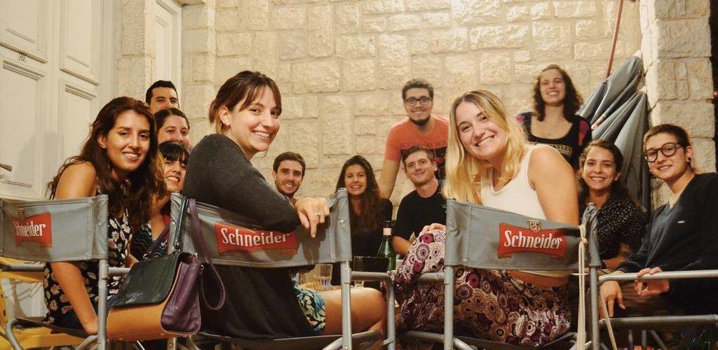 jovens reunidos na area comum de um hostel