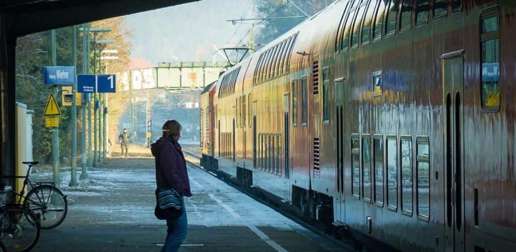 Pesquisar passagens de trem baratas é uma forma de como viajar com pouco dinheiro