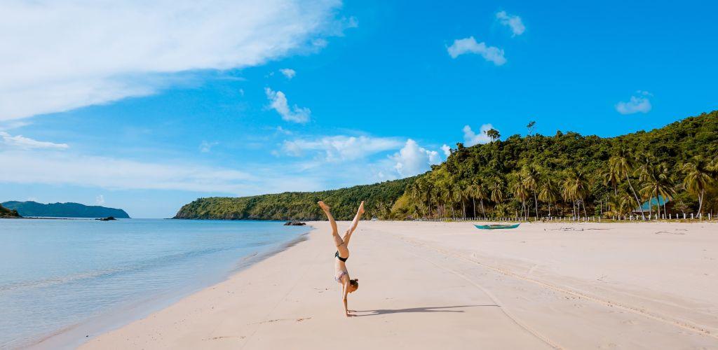 mulher sozinha posando em praia brasileira