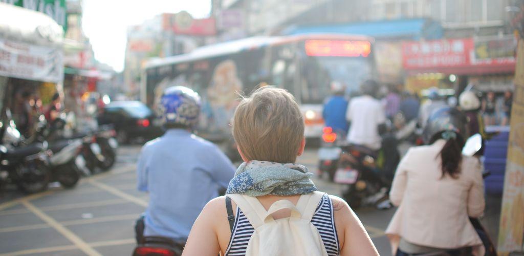 mulher viajando sozinha