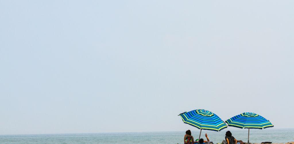 Jovens curtindo uma das melhores praias da América do Sul