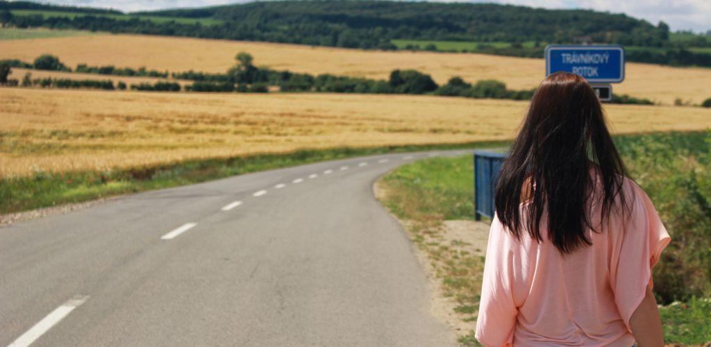 mulher caminhando pela estrada