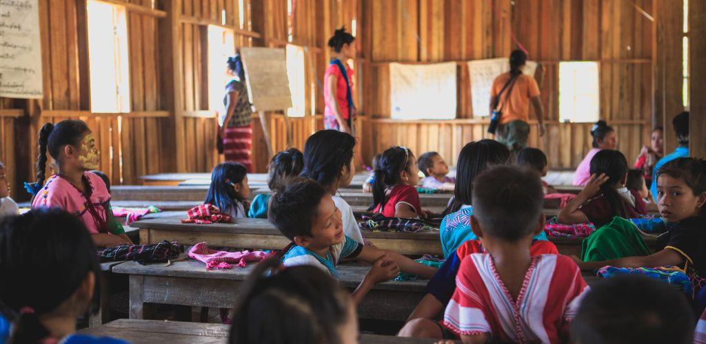 Ensinar crianças carentes é uma opção para trabalho voluntário pelo mundo