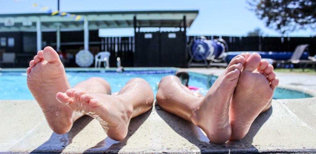 dois viajantes curtem piscina de hostel no Brasil