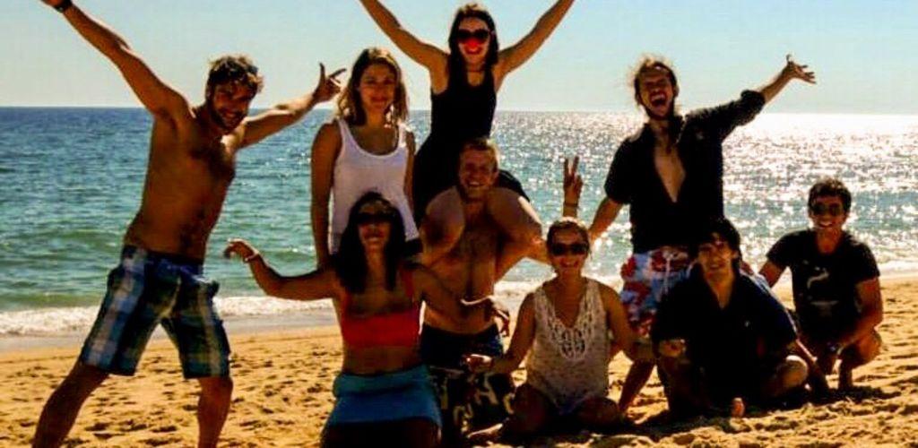 hóspedes e voluntários na praia