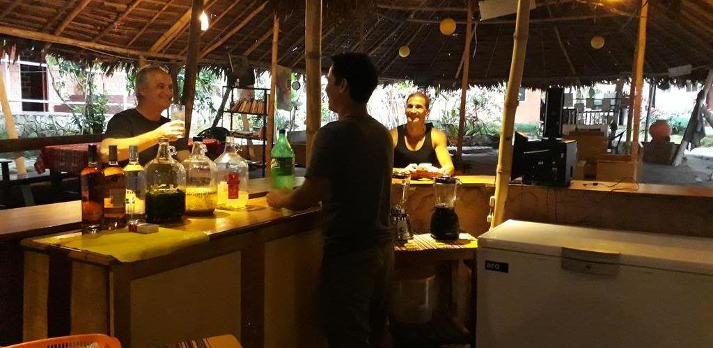 Voluntário trabalhando em bar de hostel