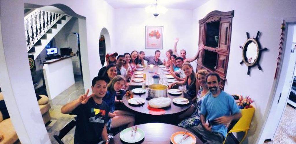 jantar coletivo no Dona Benedita Hostel