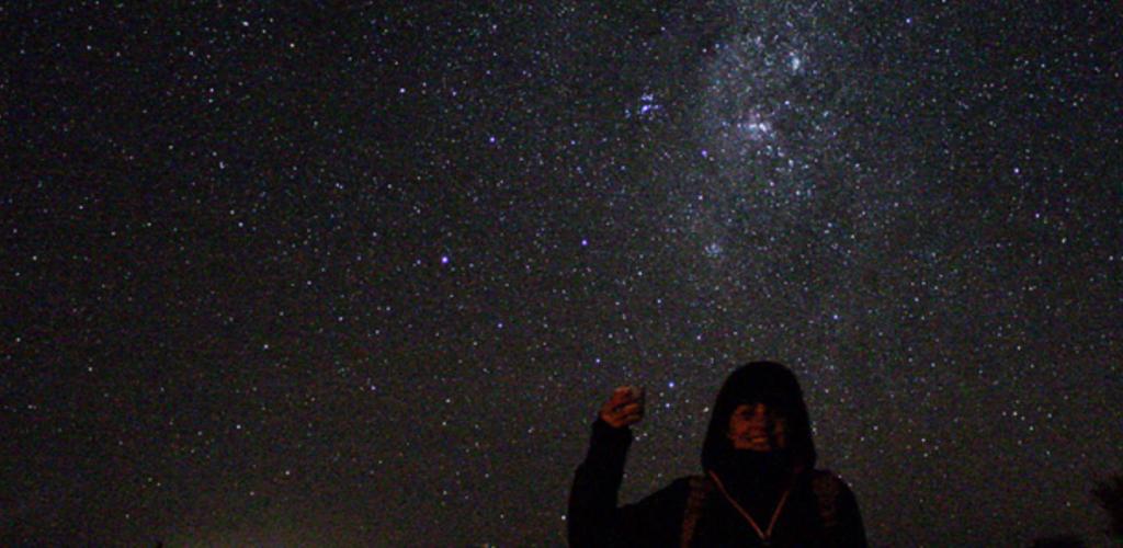 voluntária em céu estrelado
