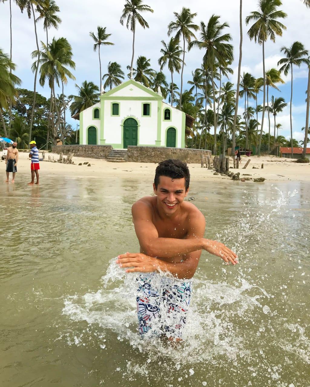 Voluntário em praia turística de Recife
