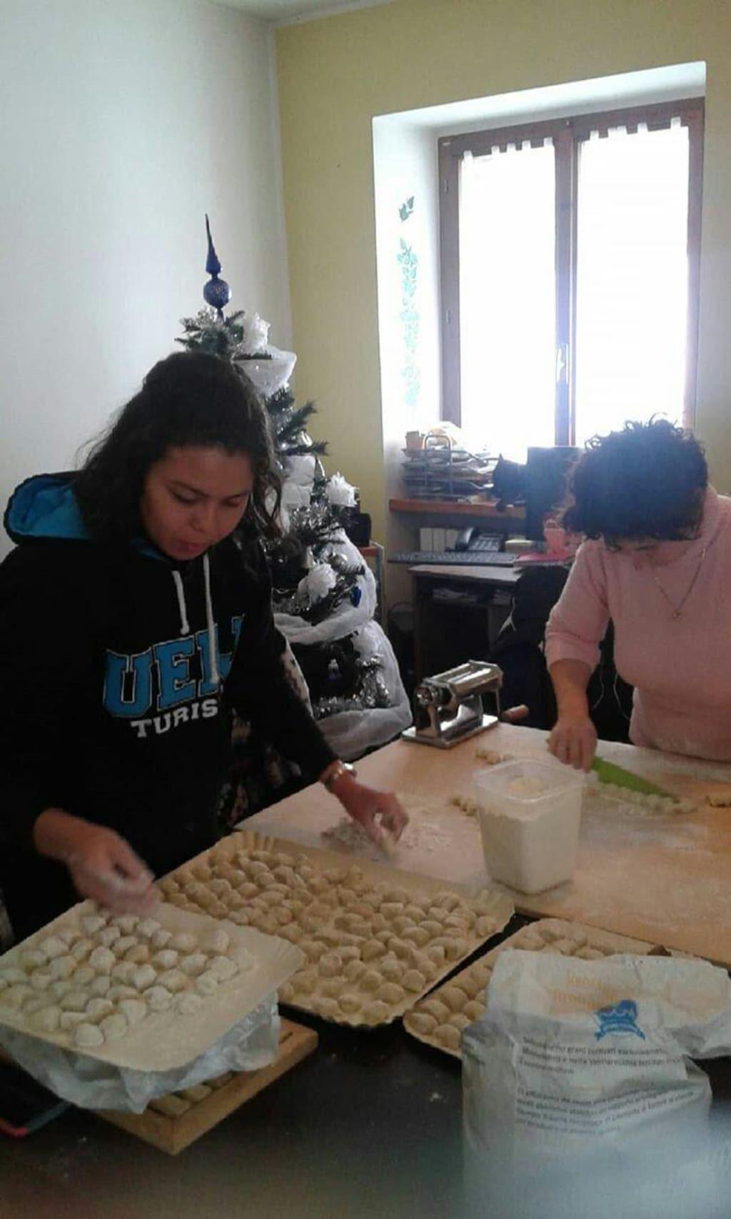 voluntária aprendendo a fazer massa fresca