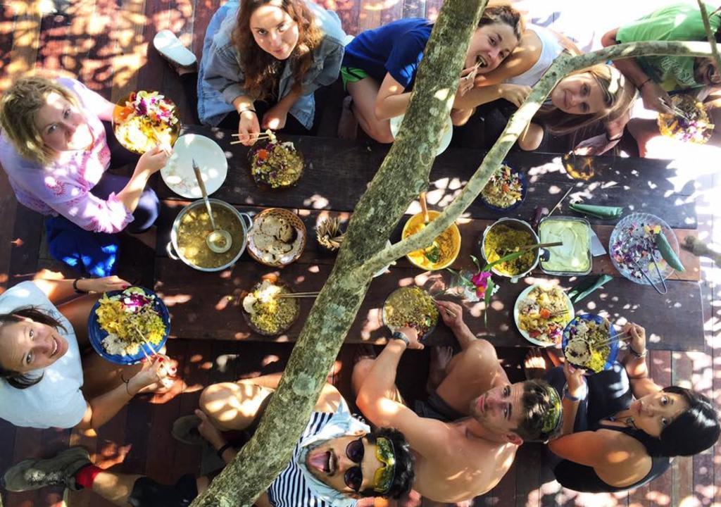 voluntários almoçando em uma mesa a céu aberto no Rosemary dream