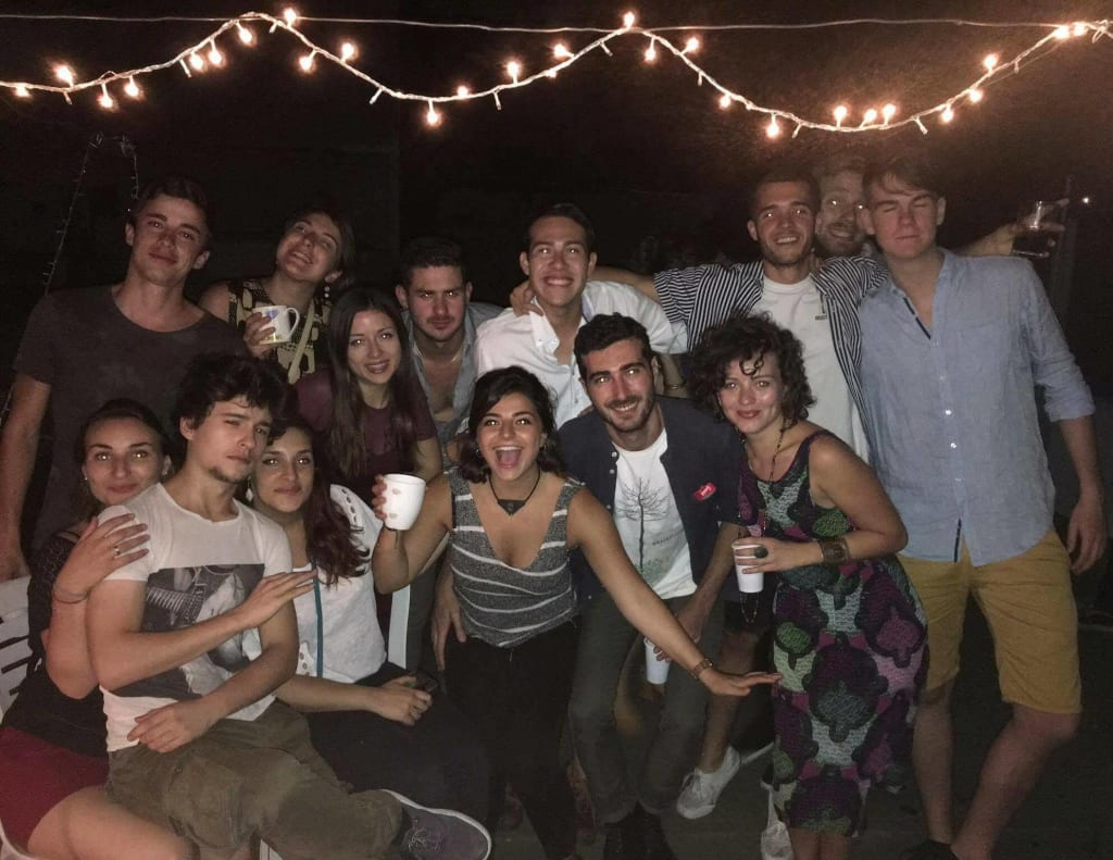 amigos-celebrando-en-despedida-de-viaje-buenos-aires