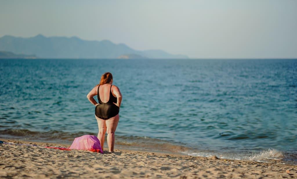 mulher curtindo praia ao viajar sozinha