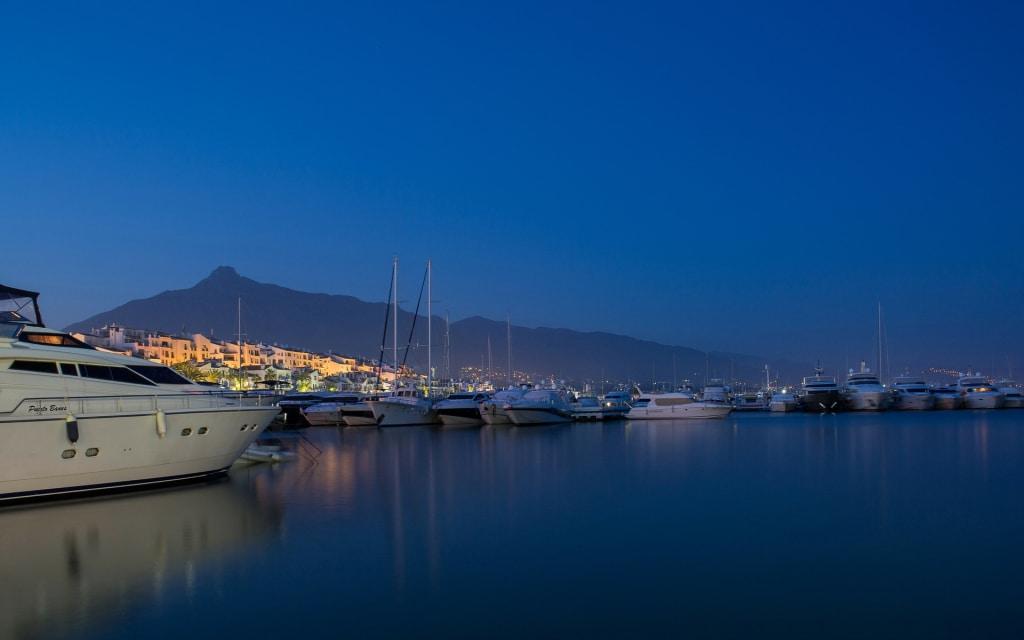 Praias como Marbella tornam o Sul da Espanha um destino que atrai viajantes sozinhos na Europa