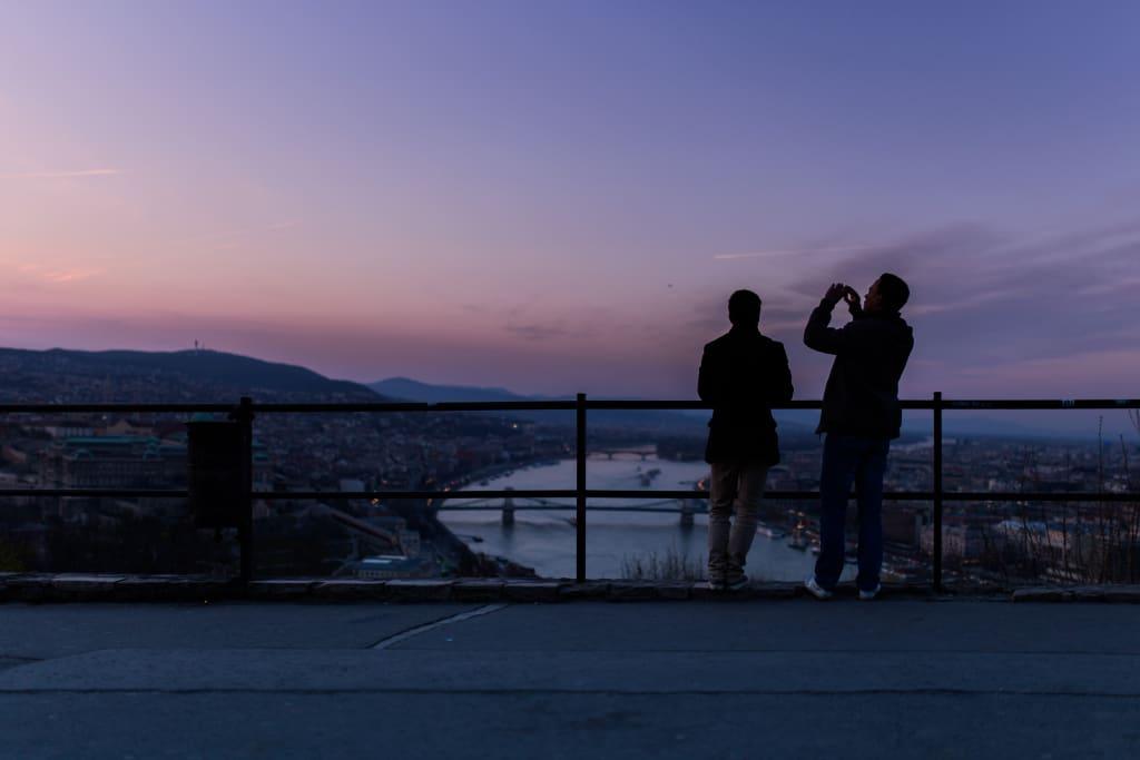 dois amigos vendo a paisagem de um mirante