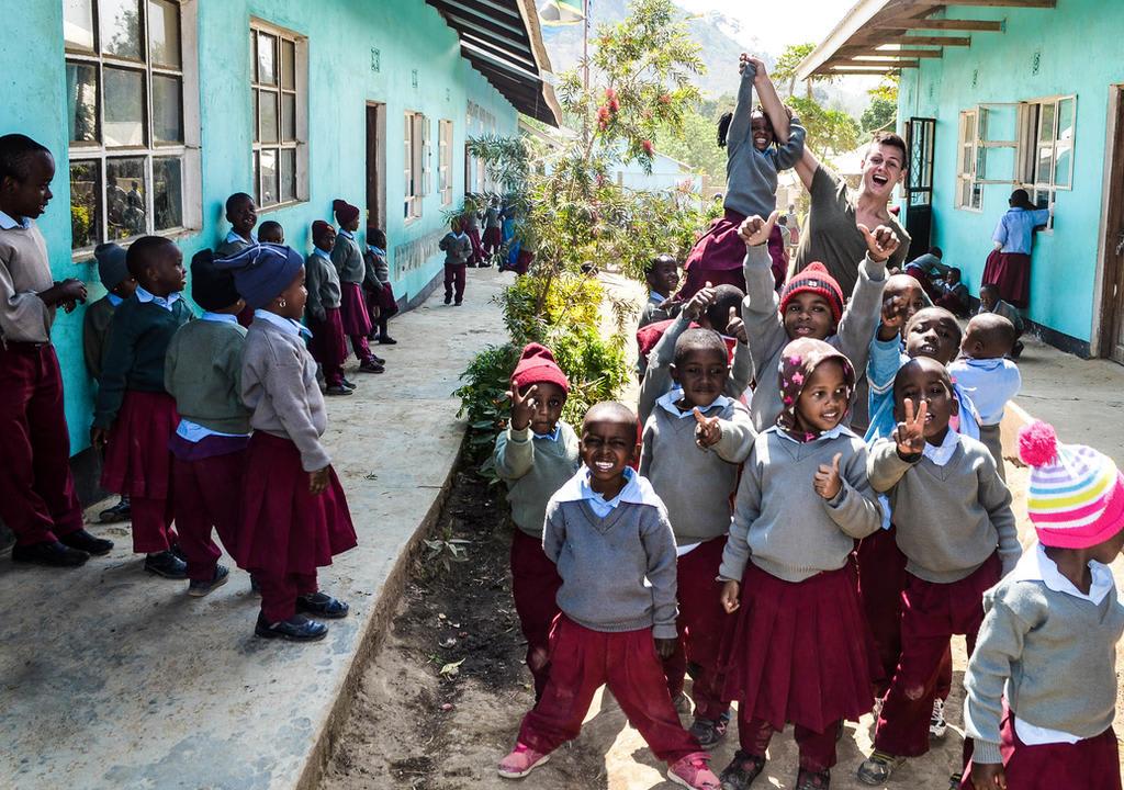 Crianças e viajante voluntário