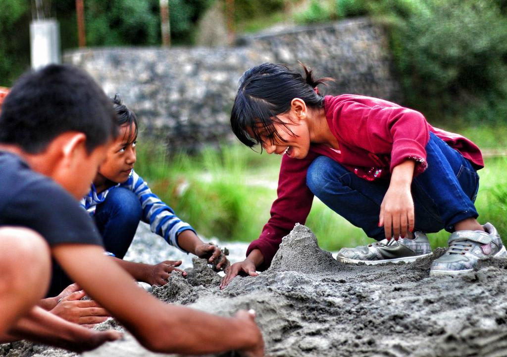 criancas plantando em jardim em ong no nepal