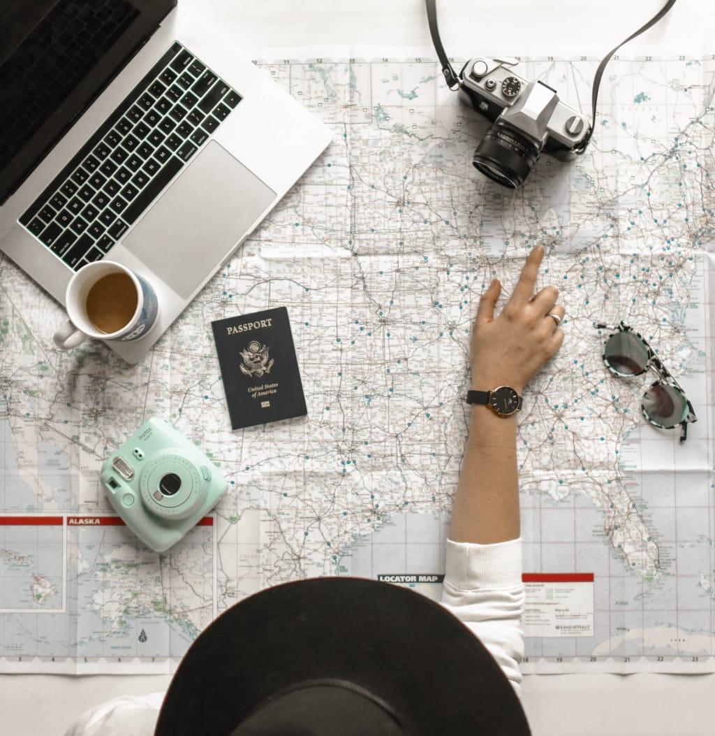 mulher pesquisando sobre viagens
