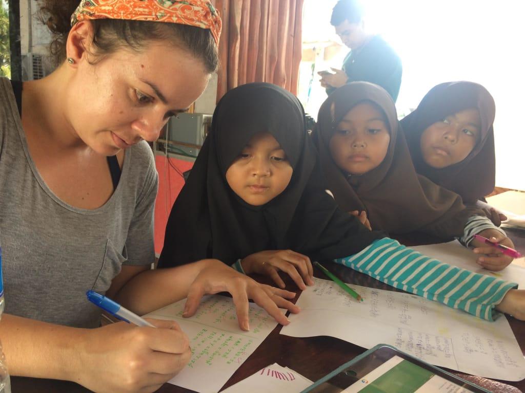 Voluntária Worldpacker dando aula de inglês para crianças na Tailândia