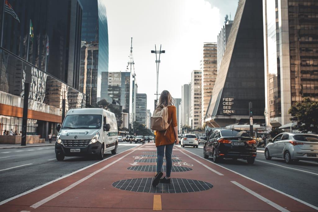 mulher caminhando pela Avenida Paulista