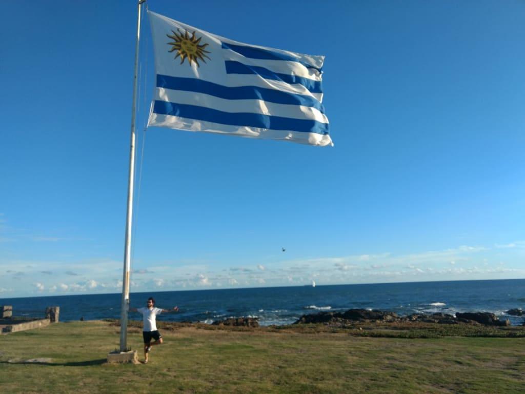 Voluntário e a bandeira do Uruguai