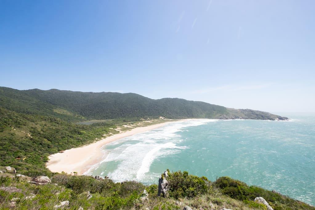 bombinhas é uma praia quase deserta sem ninguém