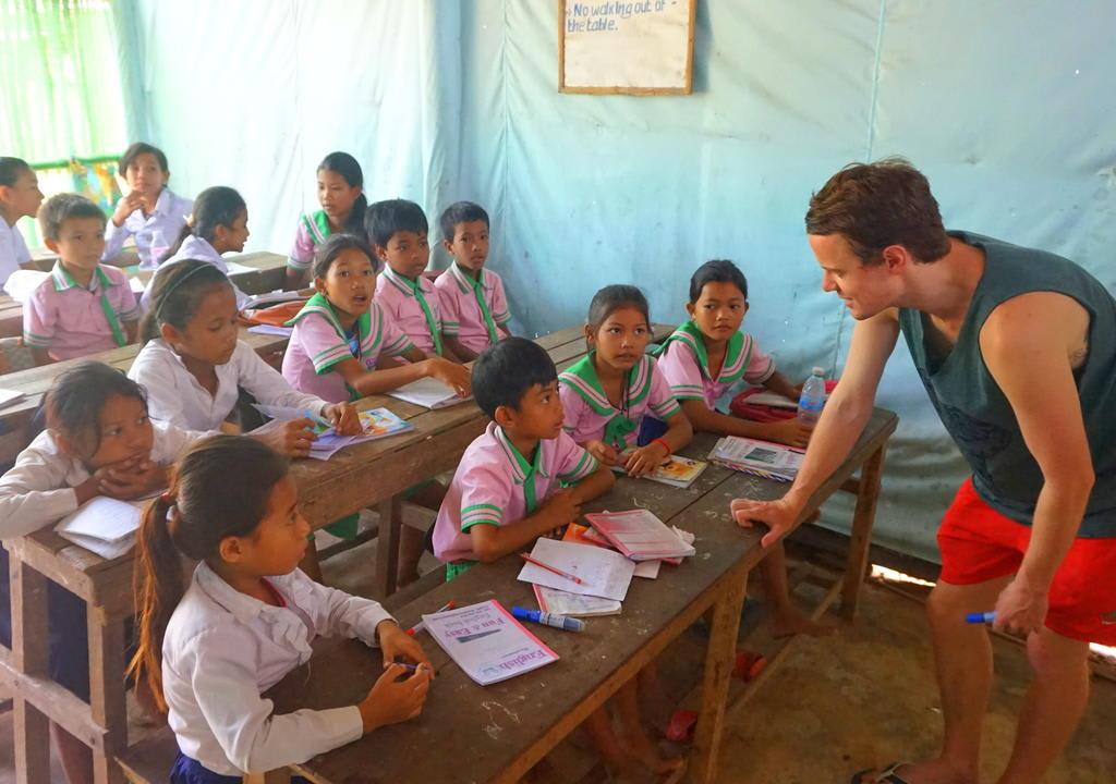 Voluntário ensina crianças cambojanas