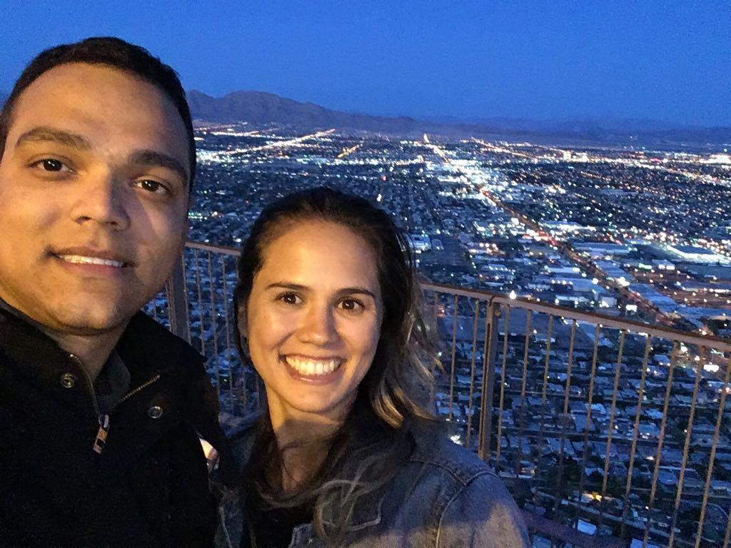 Casal em mirante de Las Vegas