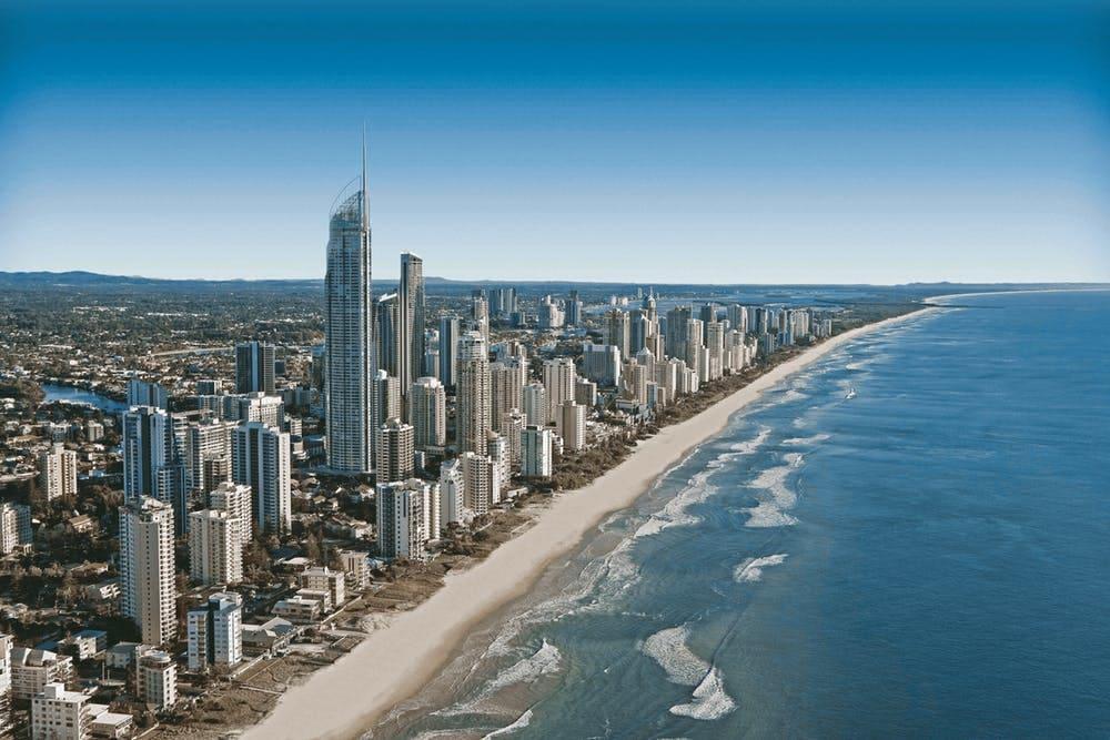 Cómo viajar barato por Australia: itinerarios, consejos y demás - Worldpackers - ciudad en Asutralia con edificios y vista al mar