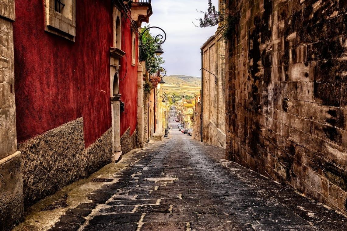 10 lugares que no puedes dejar de visitar en Sicilia - Worldpackers - calle en sicilia