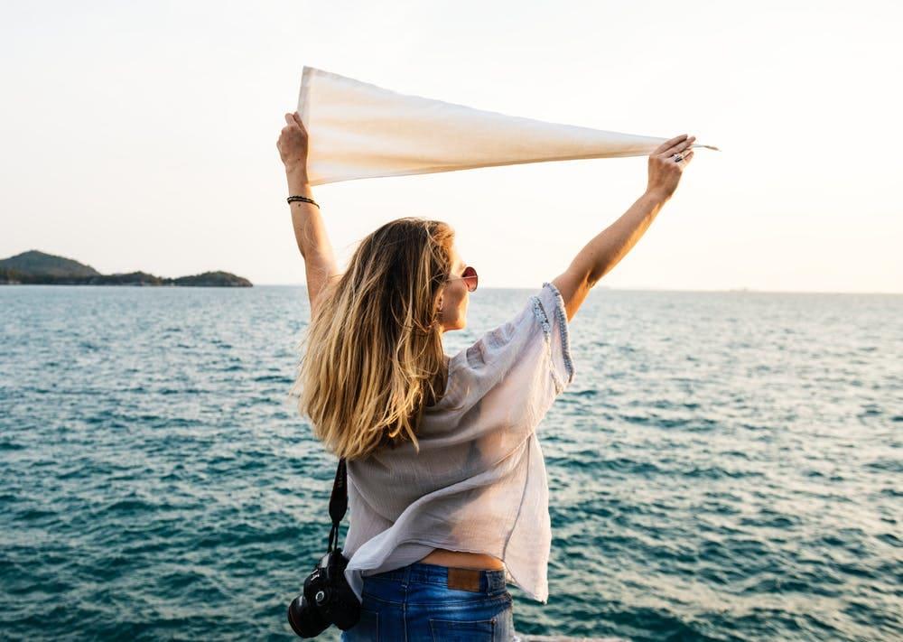 Lo que debes saber para enfrentar tu miedo a viajar sola - worldpackers - mujer viajando sola en el mar