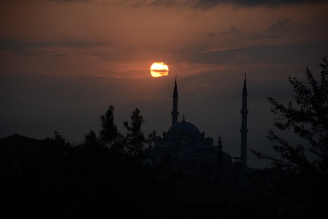 Todo lo que debes saber antes de viajar a Estambul - Worldpackers - amanecer sobre mezquita en estambul