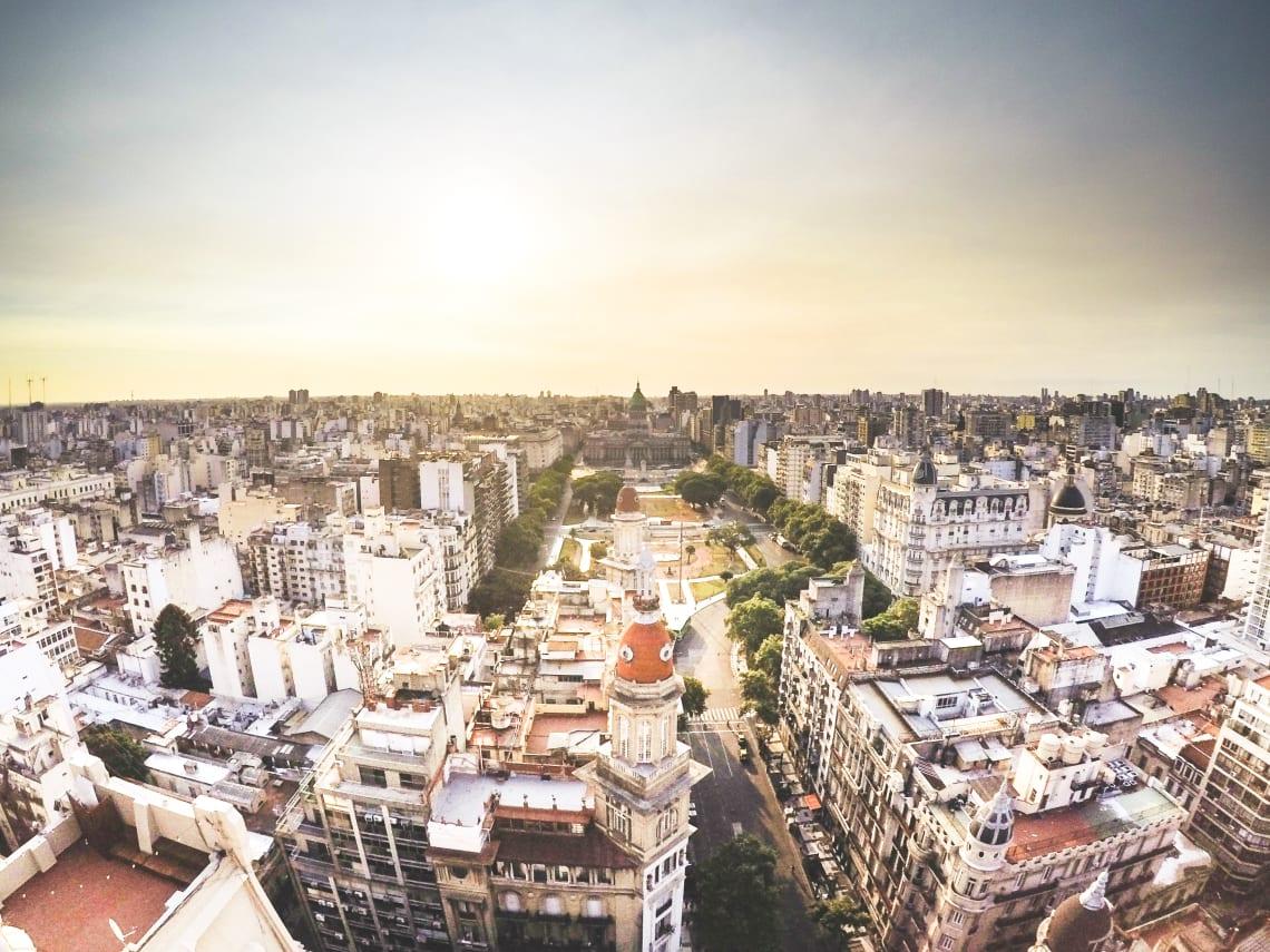 10 cosas que hacer en Buenos Aires con poco dinero - Worldpackers - Buenos Aires desde arriba durante un atardecer