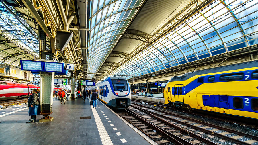 Imagem de uma estação de trens em Amsterdam, Europa