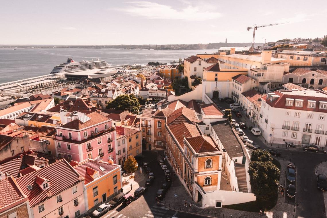 Vista aérea da cidade de Lisboa, outra que faz parte do roteiro de viagem lgbt