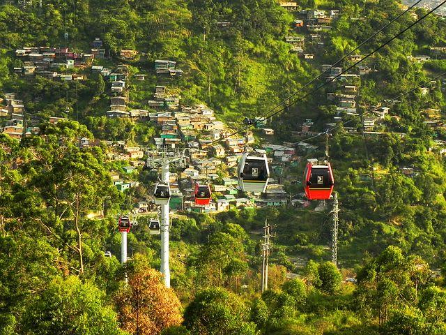 14 cosas que hacer en Medellín con poco dinero - Worldpackers - metrocable en medellin con árboles detrás