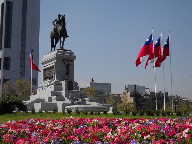 Guía para viajar barato en Santiago de Chile - Worldpackers - monumento chile