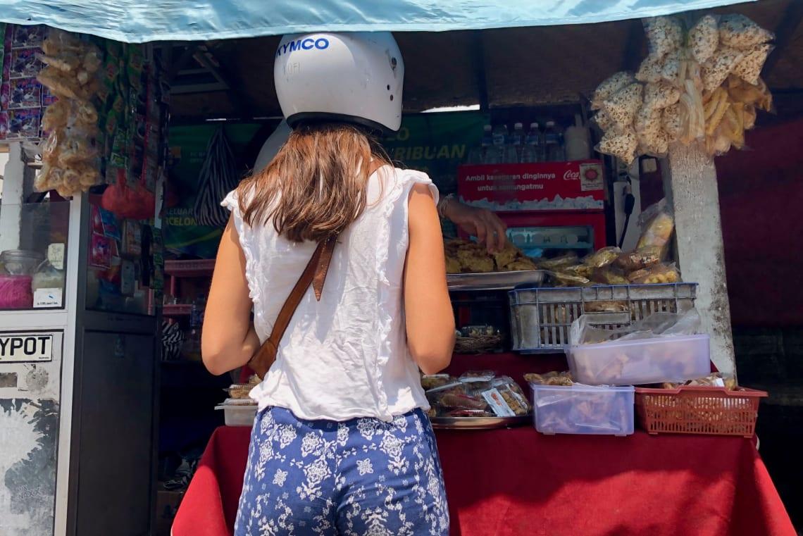 Consejos para viajar a Bali como mochilero - Worldpackers - mujer viajando en moto en Bali